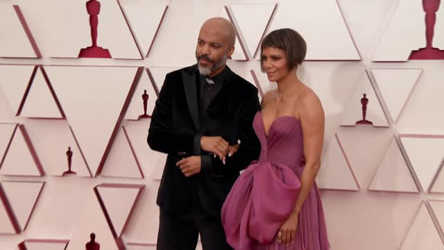 stockvideo's en b-roll-footage met halle berry, van hunt at the 93rd annual academy awards - arrivals on april 25, 2021. - academy awards