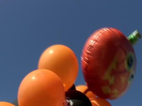 halloween ballons 1 - einige gegenstände mittelgroße ansammlung stock-videos und b-roll-filmmaterial