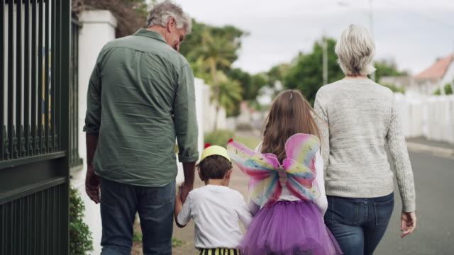 ハロウィーンは一緒に家族全員をもたらします - 扮装点の映像素材/bロール