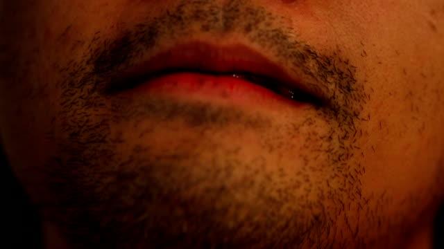 Halloween-Konzept: Nahaufnahme von einem Vampir putzen