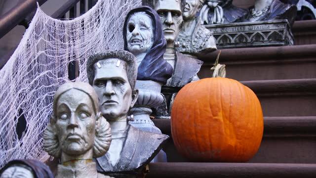 vídeos de stock e filmes b-roll de halloween decoration at upper east manhattan - fantasia