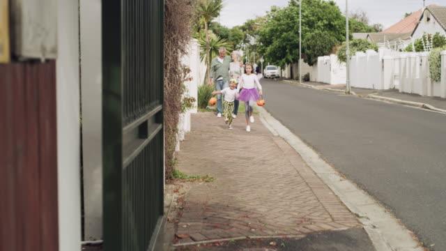 ハロウィーンは家族のイベントです - 扮装点の映像素材/bロール