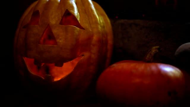 stockvideo's en b-roll-footage met halloween pompoen decoratie op stenen trap - kaars