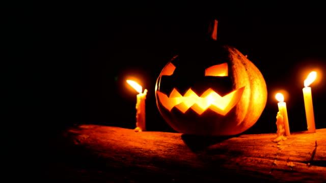 vídeos y material grabado en eventos de stock de halloween calabaza que brilla en la oscuridad, tiro de carro - calabaza no comestible