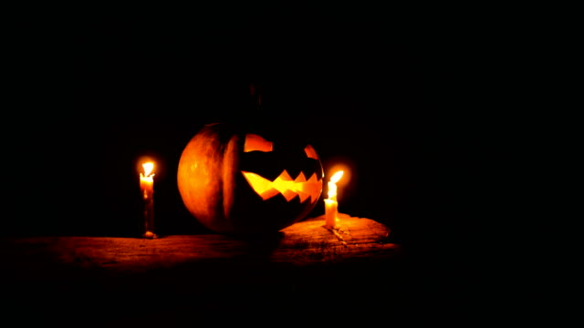 halloween pumpkin glowing in the dark, dolly shot - zucca legenaria video stock e b–roll