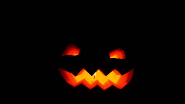 vídeos y material grabado en eventos de stock de calabaza de halloween que brilla en la noche - calabaza no comestible