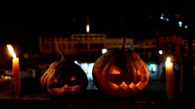 vídeos y material grabado en eventos de stock de halloween calabazas gato-o-linterna con velas en la noche con antecedentes de tráfico - calabaza no comestible