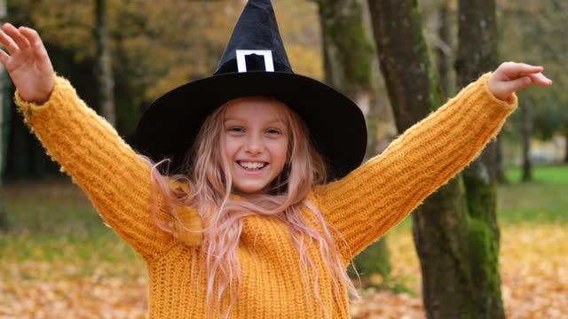 vídeos de stock, filmes e b-roll de halloween - artigo de vestuário para cabeça