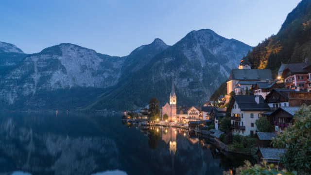 vídeos de stock, filmes e b-roll de hallstatt áustria ao entardecer - austria