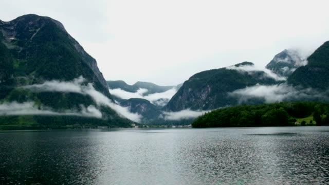 vídeos y material grabado en eventos de stock de hallstatt vista al famoso panorama mountain village - austria