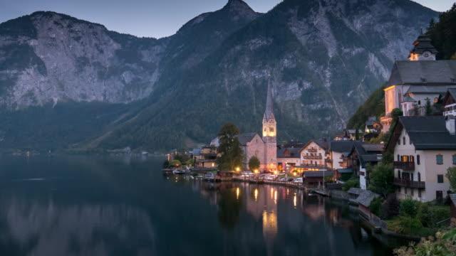 hallstatt-dorf, hallstätter see, österreich, stadtbild time lapse tag und nacht - kleinstadt stock-videos und b-roll-filmmaterial