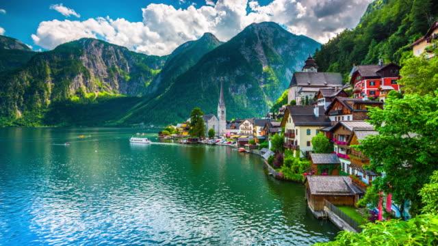 vídeos de stock, filmes e b-roll de hallstatt village na áustria - austria
