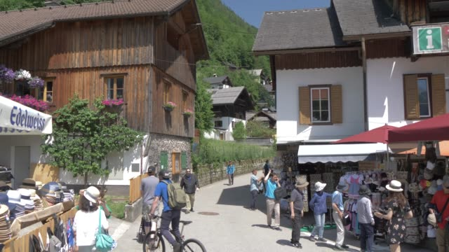 hallstatt village on sunny summer day, hallstatt, unesco world heritage site, salzkammergut, austrian alps, austria, europe - アッパーオーストリア点の映像素材/bロール