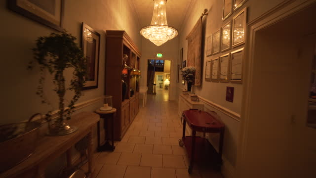 hallway of castle durrow at night - ireland - hotel stock-videos und b-roll-filmmaterial