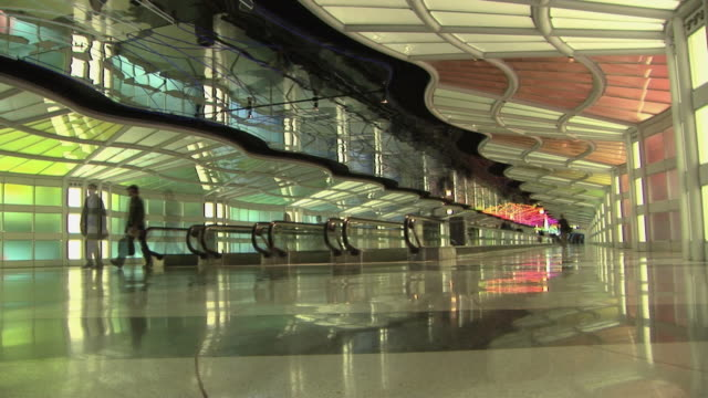 t/l, ws, hallway with pedestrian walkway, chicago o'hare airport, illinois, usa - o'hare airport stock videos & royalty-free footage