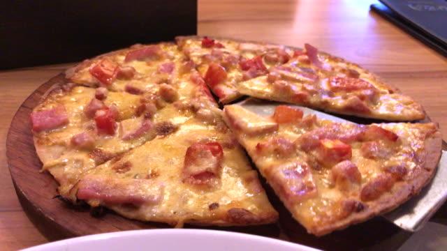 ハムとベーコンの余分なチーズのピザ、バンコク、タイ - チェダー点の映像素材/bロール