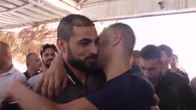 hamas ministry of interior has released five members of fatah movement from a hamas jail as part of reconciliation efforts on october 01 2017 in gaza - loslassen aktivitäten und sport stock-videos und b-roll-filmmaterial