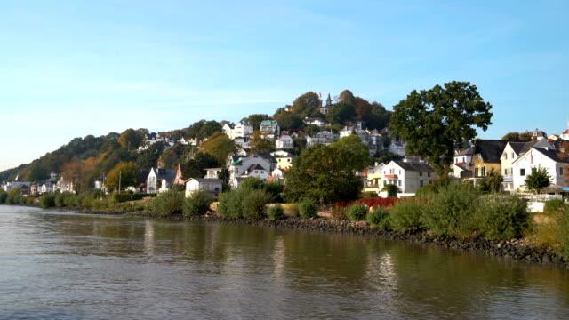 vídeos de stock, filmes e b-roll de treppenviertel de blankenese hamburgo - rio elbe