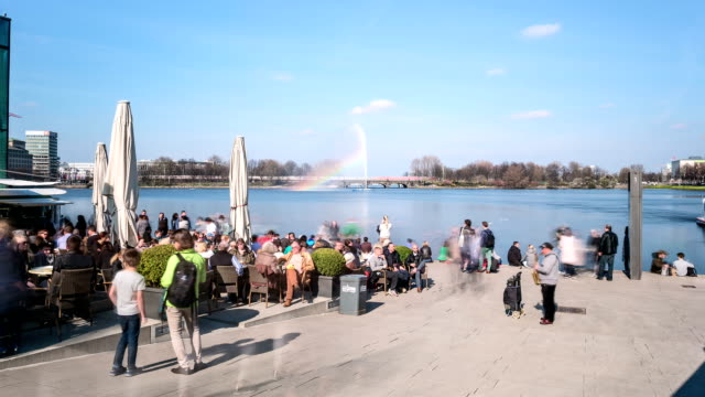vídeos de stock e filmes b-roll de hamburg jungfernstieg hyperlapse - barco de turismo