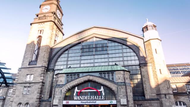 hamburg main station with wandelhalle hyperlapse - motorisierte zeitrafferaufnahmen stock-videos und b-roll-filmmaterial