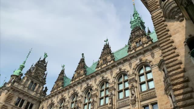 hamburg town hall (rathaus), the seat of the state parliament - rathaus hamburg stock-videos und b-roll-filmmaterial