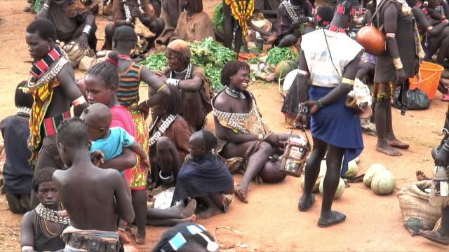 vídeos y material grabado en eventos de stock de ms ha hamer tribe people on food market, omo river valley, ethiopia - etiopía