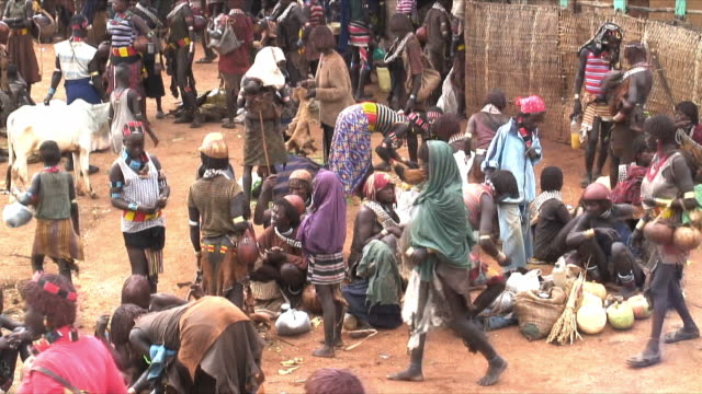 t/l ws ha hamer tribe people on food market, omo river valley, ethiopia - ethiopia stock videos & royalty-free footage