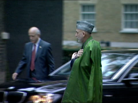 hamid karzai arrives downing street for talks with pm, gordon brown; england: london: downing street: ext hamid karzai out of car, up to no.10 and... - prime minister点の映像素材/bロール