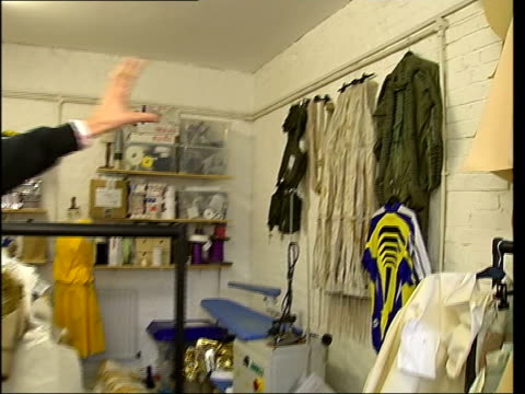vidéos et rushes de hamish morrow interview as he displays some of his designs sot space designs are very retro bv wickham and hamish looking at designs hung from wall... - chiffon