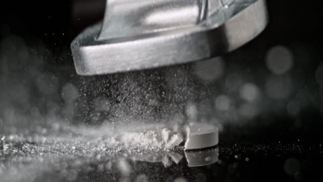 vídeos y material grabado en eventos de stock de slo mo ld martillo machaca un comprimido blanco sobre una superficie negra - un solo objeto