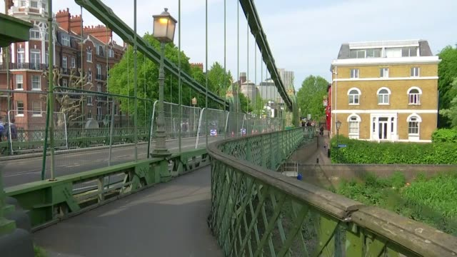 stockvideo's en b-roll-footage met hammersmith bridge still closed to traffic with work yet to begin on repairs; england: london: hammersmith bridge: ext 'road closed' sign in front of... - bord weg afgesloten