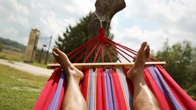 vídeos de stock e filmes b-roll de relaxante cama ponto de vista de - cama de rede
