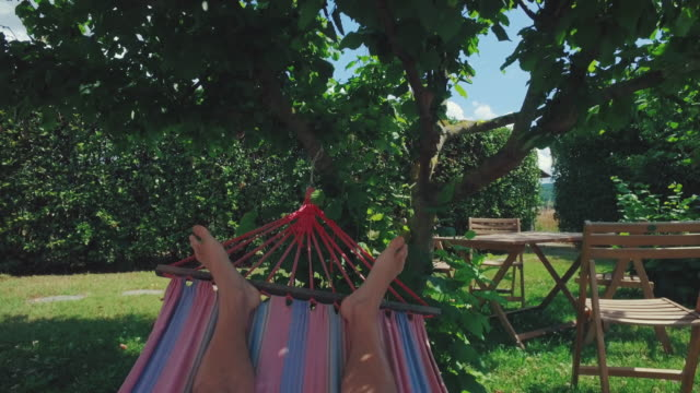 vídeos y material grabado en eventos de stock de relajante punto de vista de la hamaca - pie humano