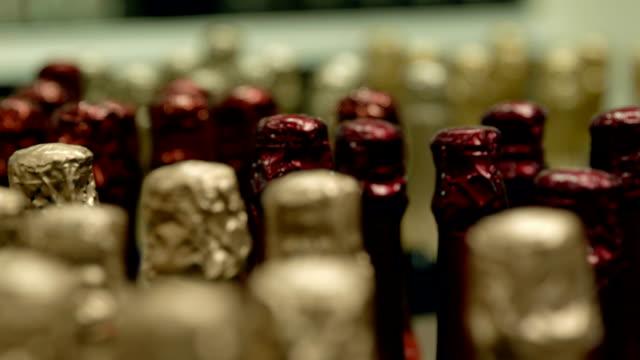 сhampagne flaschen mit golden und rot metallic - sektkorken stock-videos und b-roll-filmmaterial