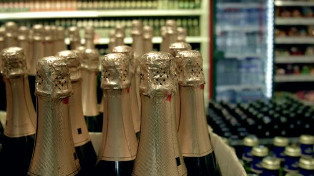 сhampagne flaschen mit goldenen foliendruck - sektkorken stock-videos und b-roll-filmmaterial