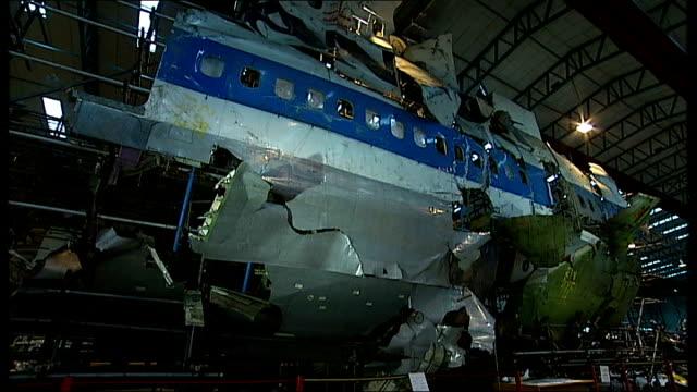 vídeos de stock e filmes b-roll de hampshire farnborough int reassembled wreckage of boeing aircraft in aircrat hanger - farnborough hampshire