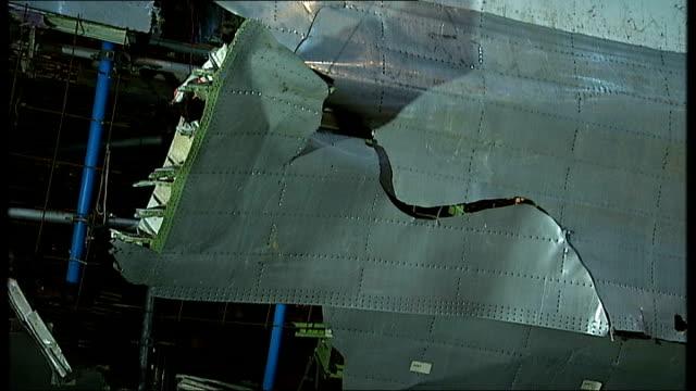 vídeos de stock e filmes b-roll de hampshire farnborough int reassembled wreckage of boeing aircraft in aircrat hangar - farnborough hampshire