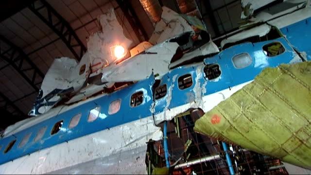 vídeos de stock e filmes b-roll de hampshire farnborough int wreckage from pan am 103 boeing 747 pieced together on scaffolding in hangar - farnborough hampshire