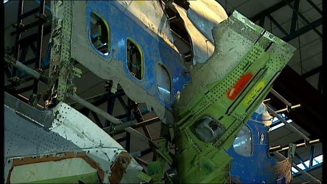vídeos de stock e filmes b-roll de farnborough reassembled wreckage of boeing aircraft in aircrat hangar - farnborough hampshire