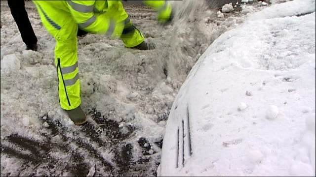 vídeos de stock e filmes b-roll de police helping dig snow from around car jonathan parsons interview sot - hampshire