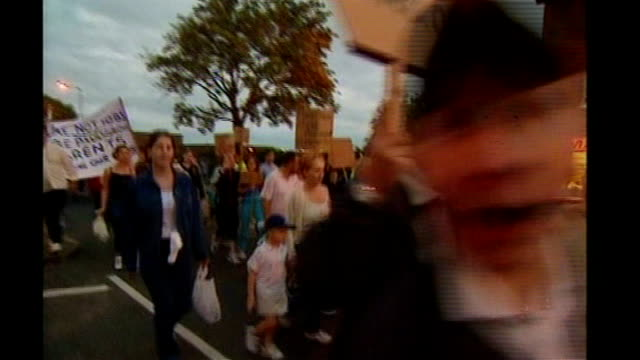vídeos de stock e filmes b-roll de hampshire: portsmouth: ext anti-paedophile protesters along and past - hampshire