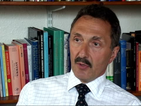 vídeos de stock e filmes b-roll de southampton: southampton university: cms professor john warner interview sot - talks of need for further research into the origins of asthma - hampshire