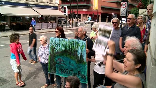 vídeos de stock e filmes b-roll de hampstead heath dam proposal row england london euston road ext campaigners demonstrating outside camden town hall vox pop - town hall
