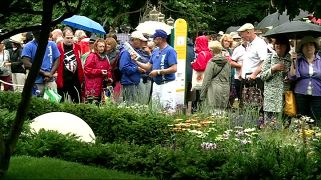 london hampton court palace ext exhibit at hampton court flower show with visitors milling about in background men at stall selling hanging garden... - stepping stone stock videos & royalty-free footage