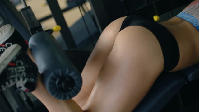 vidéos et rushes de exercice de boucle aux ischio-jambiers. - femme séductrice
