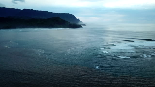 vidéos et rushes de hanalei bay par drone et ciel couvert ci-dessus - plat