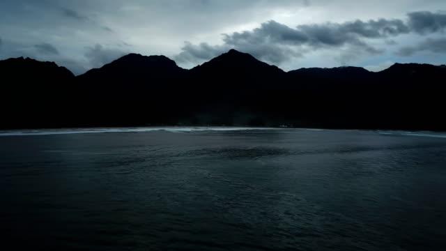 vidéos et rushes de hanalei bay montagneuse entourant l'eau - plat