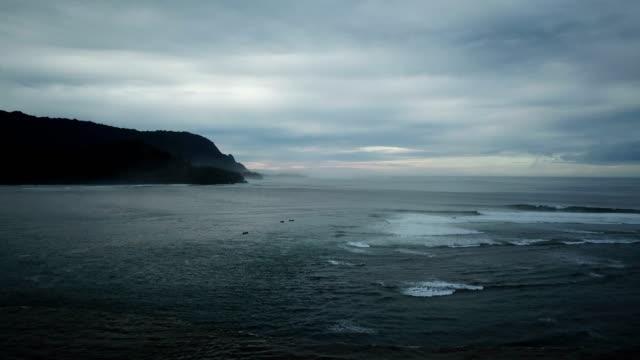 vidéos et rushes de hanalei bay eaux calme avant la tempête imminente à distance - plat
