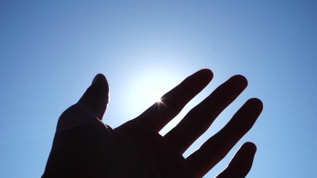 vídeos y material grabado en eventos de stock de mano contra el sol - cubrir