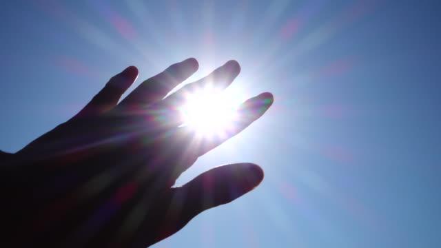 Hand gegen die Sonne
